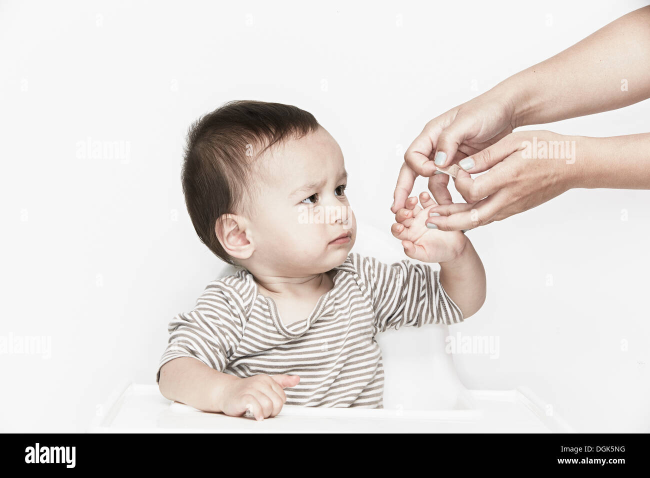Hände, die Anwendung von Gips Babys Finger Stockbild