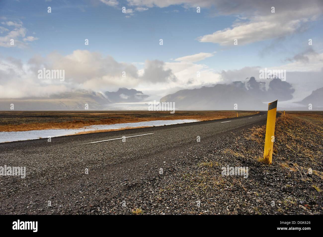 Straße mit Skaftafell-Gletscher im Hintergrund, Island Stockbild