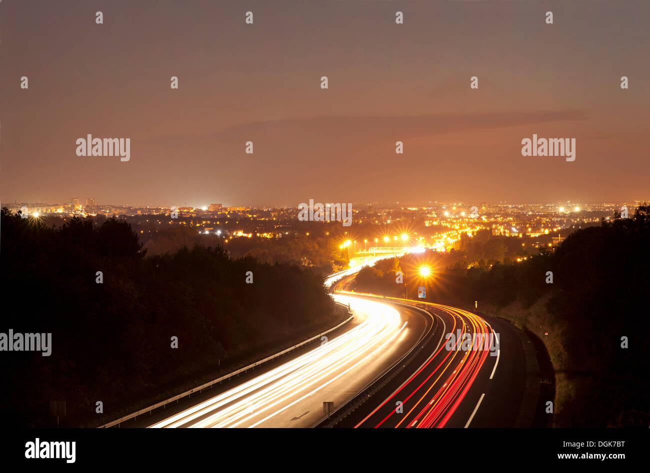 Verkehr auf Straße in der Nacht in Toulouse, Frankreich Stockbild
