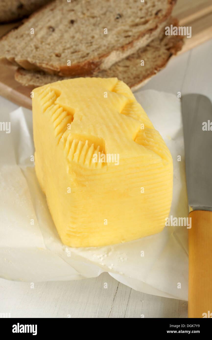 Frische Hand schüttelten Butter hand mit einem traditionellen Muster von den Landwirten Frauen verwendet, um Ihre Produkte zu identifizieren, wenn der Verkauf auf Märkten Stockbild