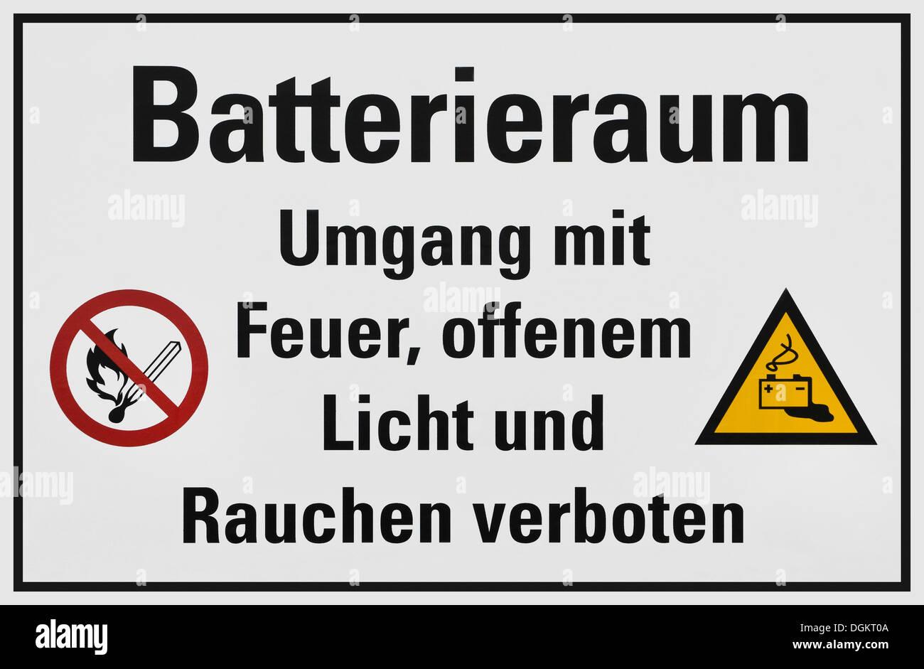 Zeichen, Batterieraum Umgang Mit Feuer, Offenem Licht Und Rauchen verboten, Deutsch für Batterieraum, kein offenes Feuer, Rauchen verboten Stockbild
