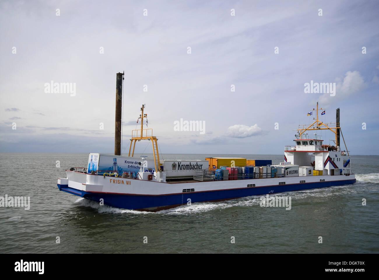Wohnung gekielt Frachter in Bewegung, Frisia VII, mit Zubehör für Insel Juist, Niedersachsen, Wattenmeer Stockbild