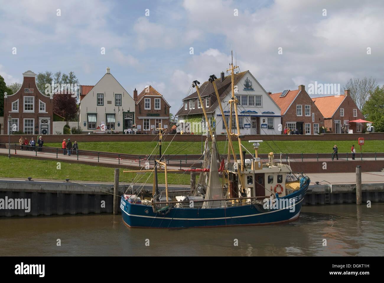 Krabbenkutter im Hafen von Greetsiel vor dem alten Deich, Krummhoern, Ostfriesland, Niedersachsen Stockbild