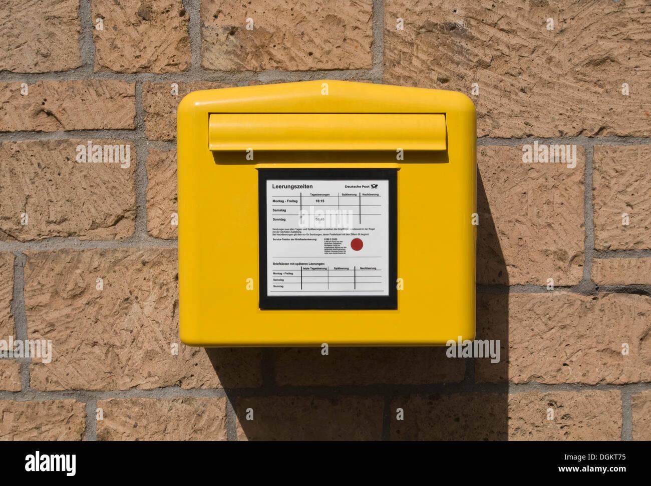 gelben briefkasten der deutschen post mit einem t glichen. Black Bedroom Furniture Sets. Home Design Ideas