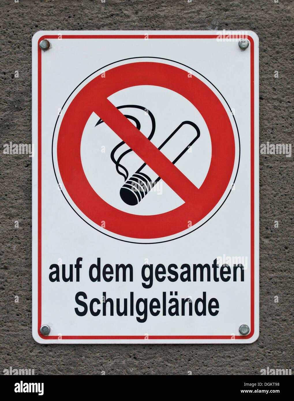 """Kein Rauchen Schild, Schriftzug """"Auf Dem Gesamten Schulgelaende"""", Deutsch für """"auf dem Schulgelände"""" Stockbild"""