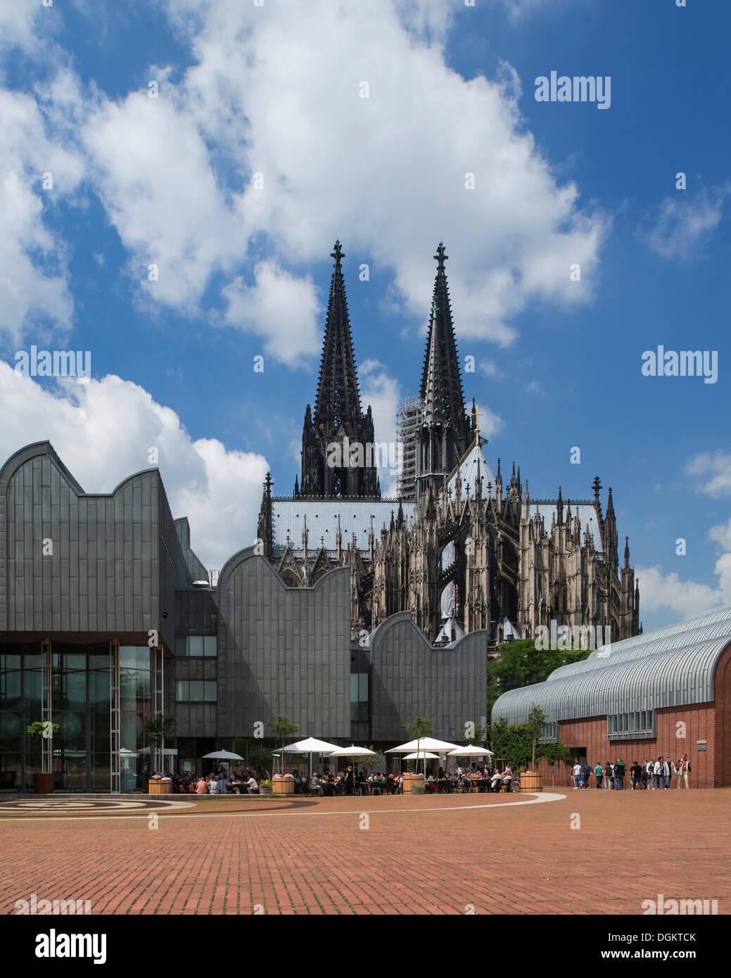 Moderne und Geschichte, Museum Ludwig und Kölner Dom, Köln, Nordrhein-Westfalen Stockbild