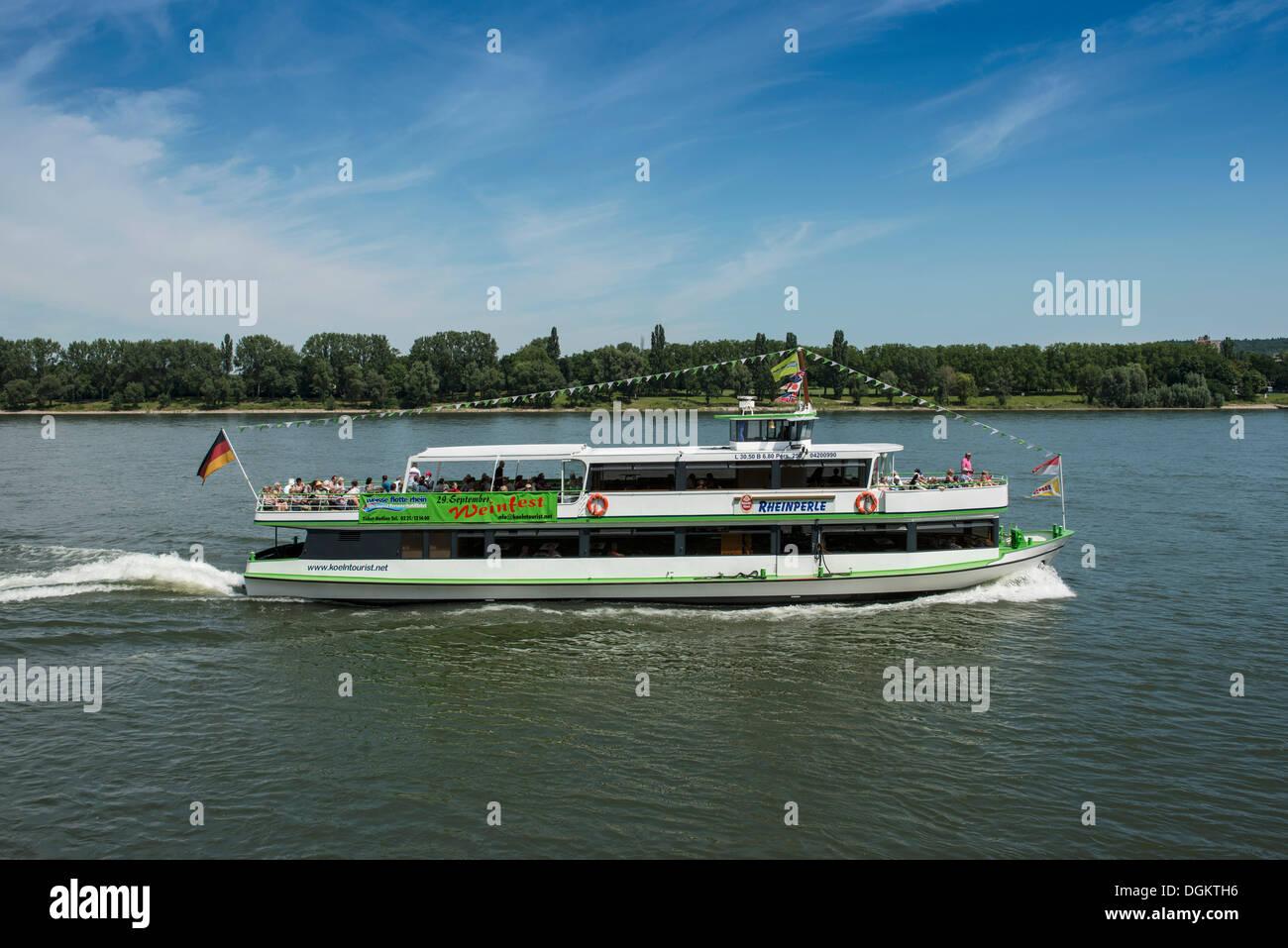 Rheinperle, einem überfüllten Ausflugsschiff von Koelntourist Personenschiffahrt bin Dom GmbH Reederei Reisen auf dem Rhein Stockbild