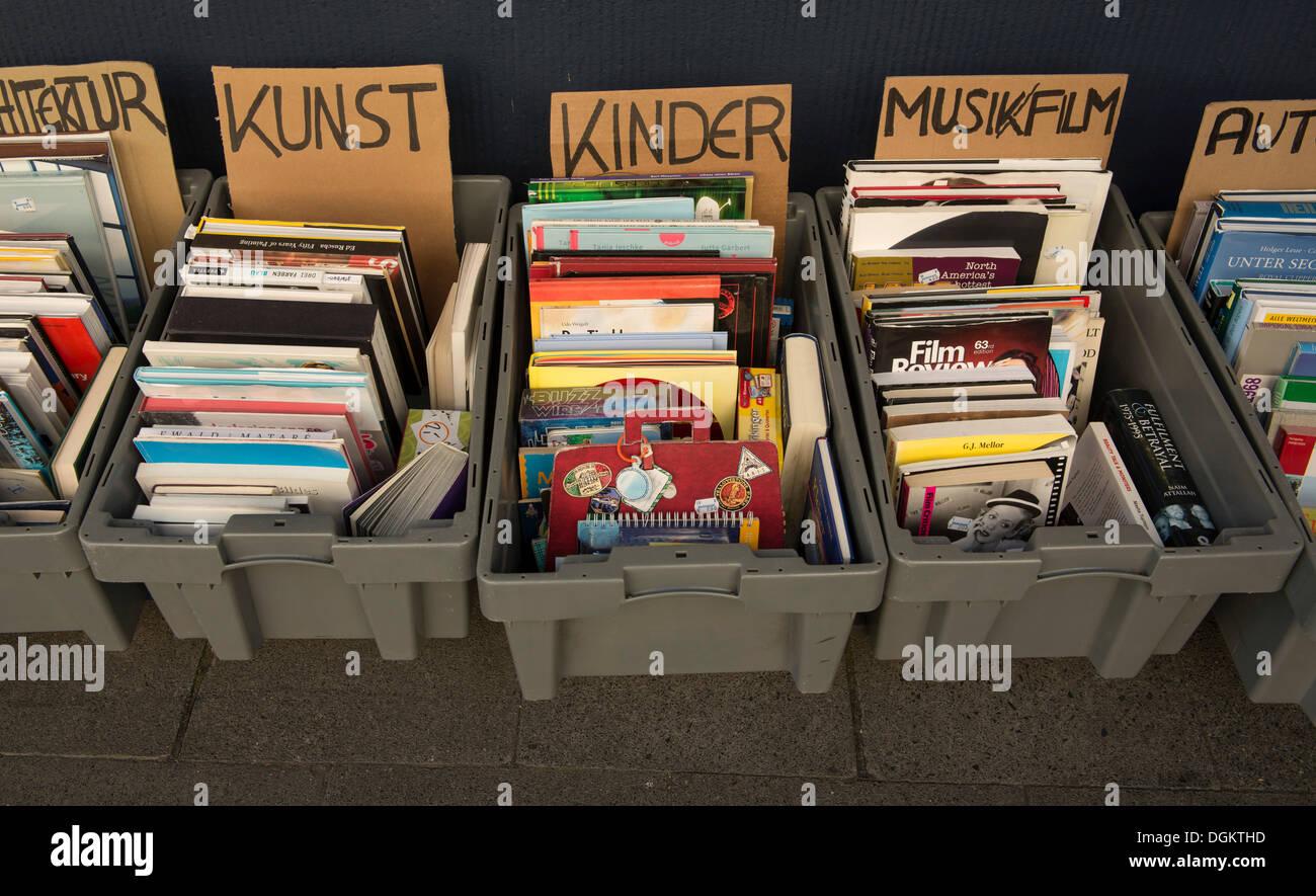 Buchen Sie Kartons mit Büchern in Kategorien, Architektur, Kunst, Kinder, Musik/Film, Autos, Verkauf, PublicGround Stockbild
