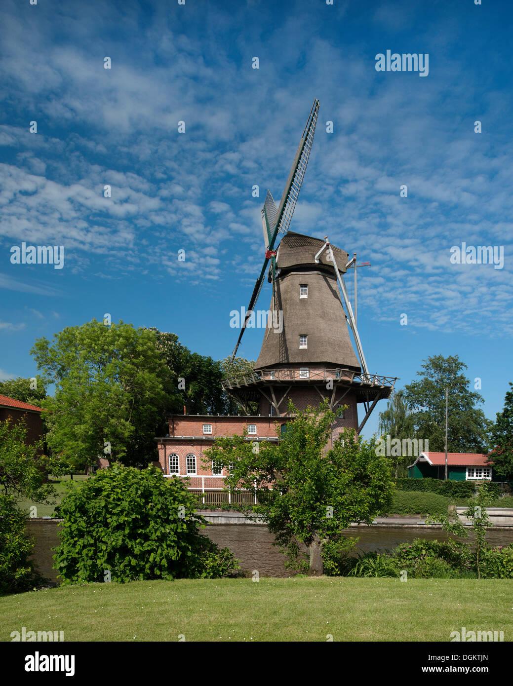 Eine niederländische dreistöckigen Windmühle mit einer Galerie, Wahrzeichen von Hinte, Ostfriesland, Stockbild