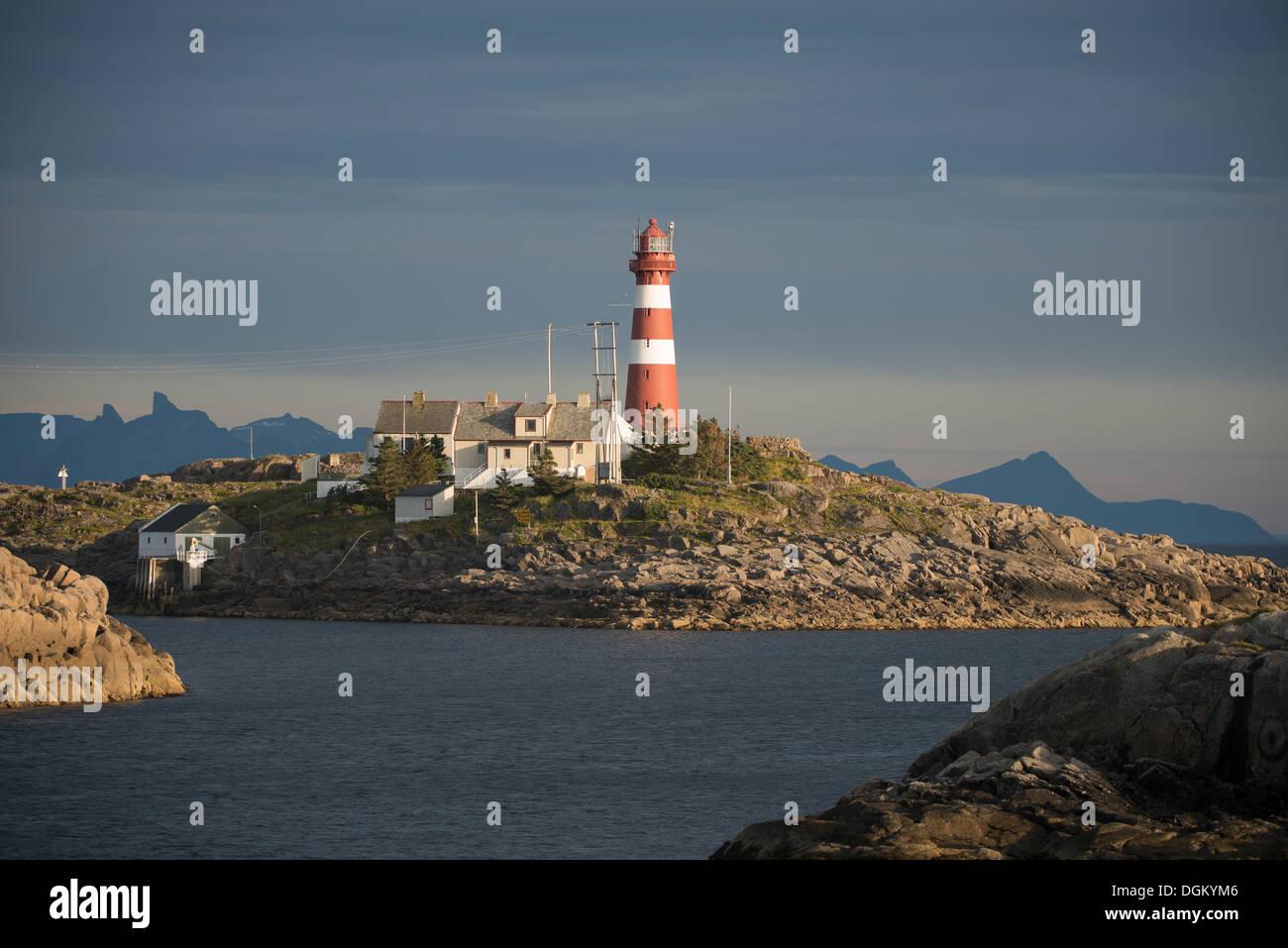 Leuchtturm und Gebäuden im Abendlicht, Ort Und Inselgruppe Skrova, Gemeinde Vågan, Inselgruppe Lofoten,, Nordland Stockbild