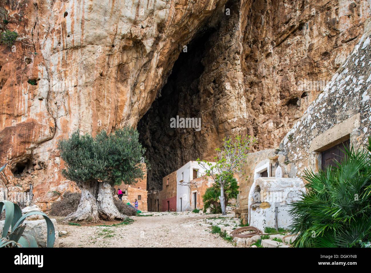 Historische Gebäude in der Grotte Mangiapane, jetzt ein Museumsdorf, Custonaci, Provinz Trapani, Nordwest-Küste von Sizilien Stockbild