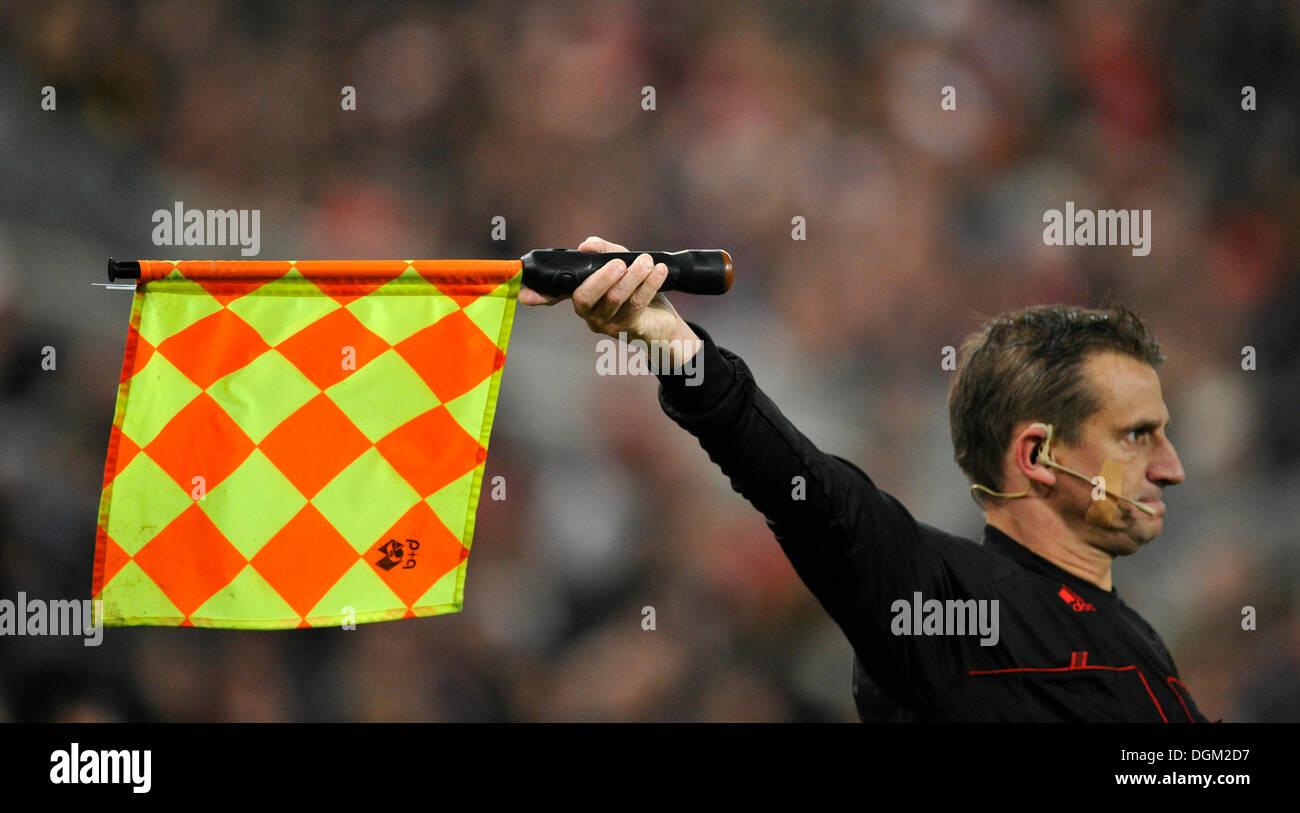 Linienrichter zeigt ein foul Stockbild