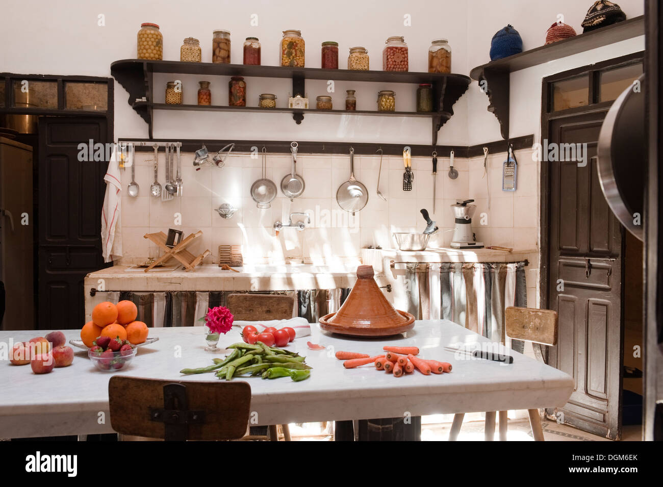 Shelving Plate Rack Stockfotos & Shelving Plate Rack Bilder - Alamy