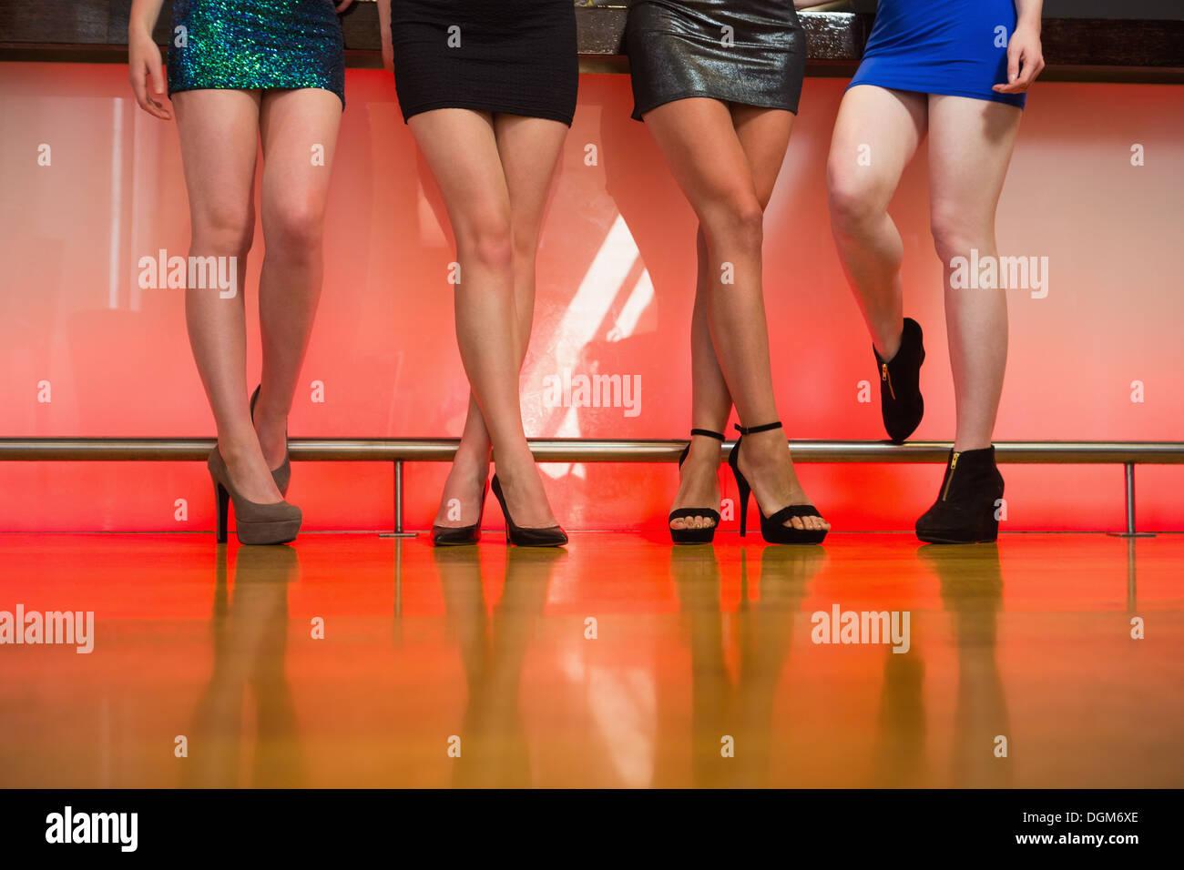 Junge Frauen Beine posieren Stockbild