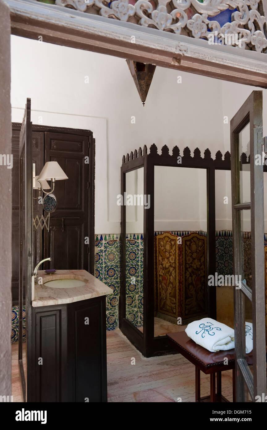 Schöne dekorative Badezimmer mit dunklem Holz Antik Badmöbel ...