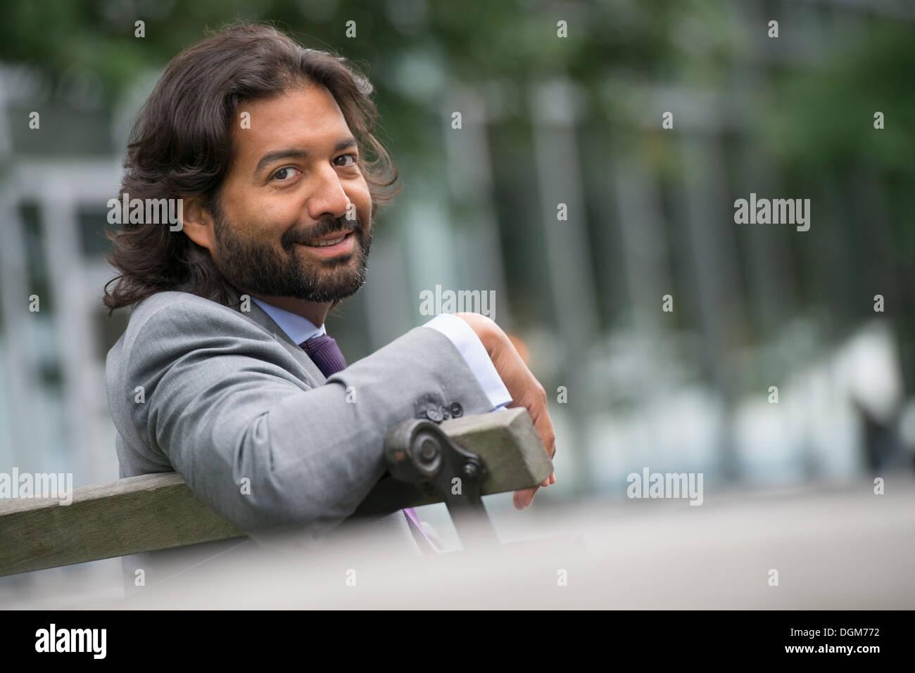 Business-Leute. Ein Mann im Anzug mit einem Vollbart und lockiges Haar. Stockbild