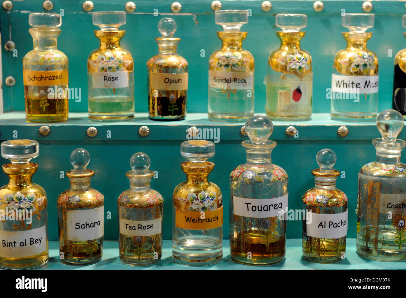 Verschiedene orientalische Duftessenzen in orientalischen Flaschen Stockbild