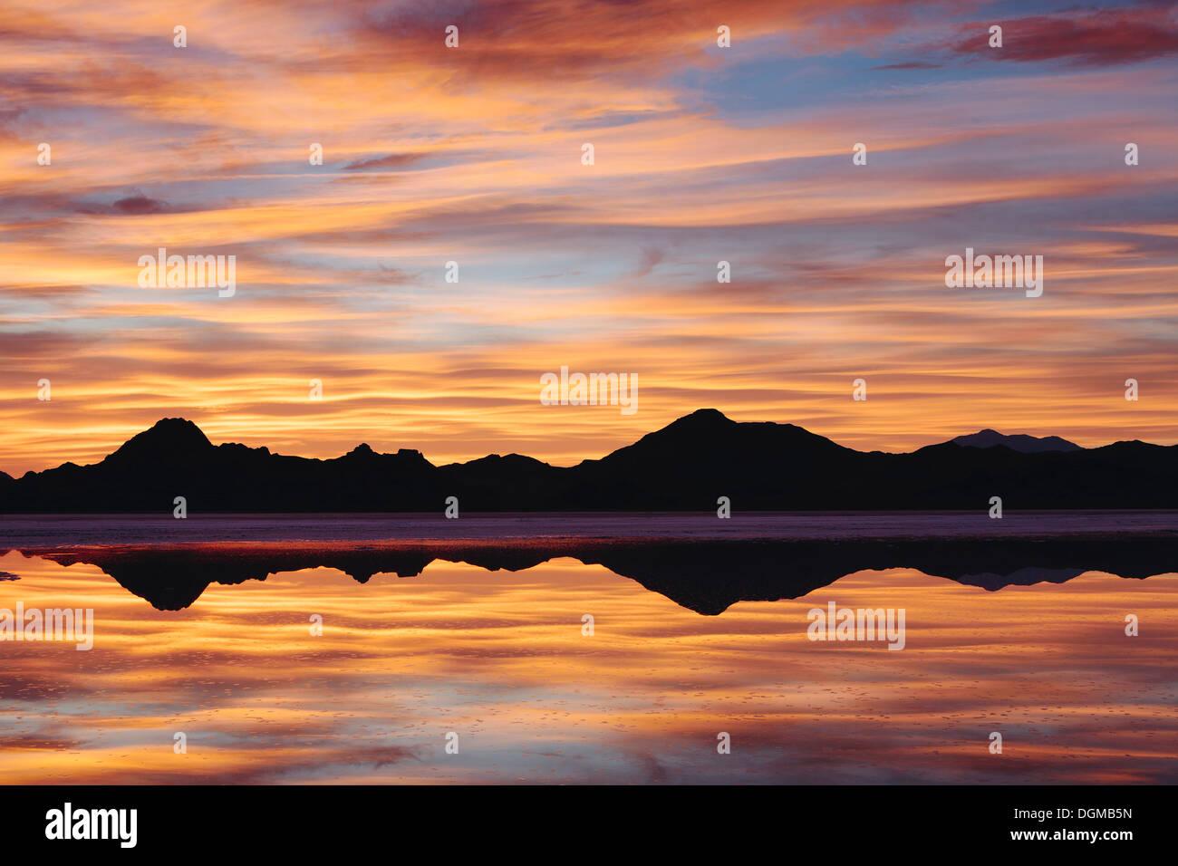 Himmel bei Sonnenuntergang. Schichten von Cloud reflektieren im seichten Wasser überschwemmen den Bonneville Salt Flats Stockbild