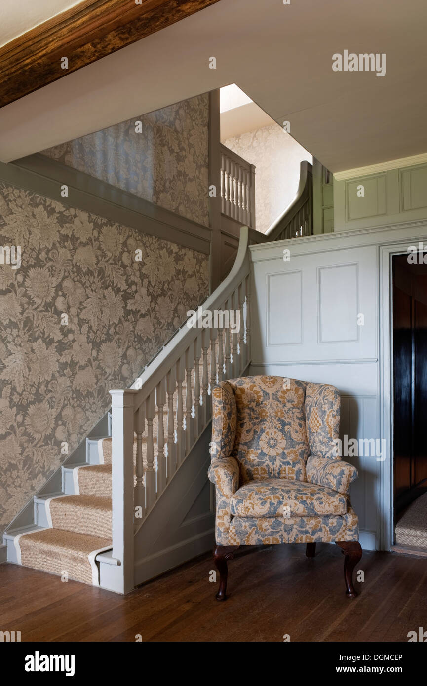 Gepolsterten Ohrensessel Sessel Im Flur Des 17 Jahrhundert Englisch Home Stockfotografie Alamy
