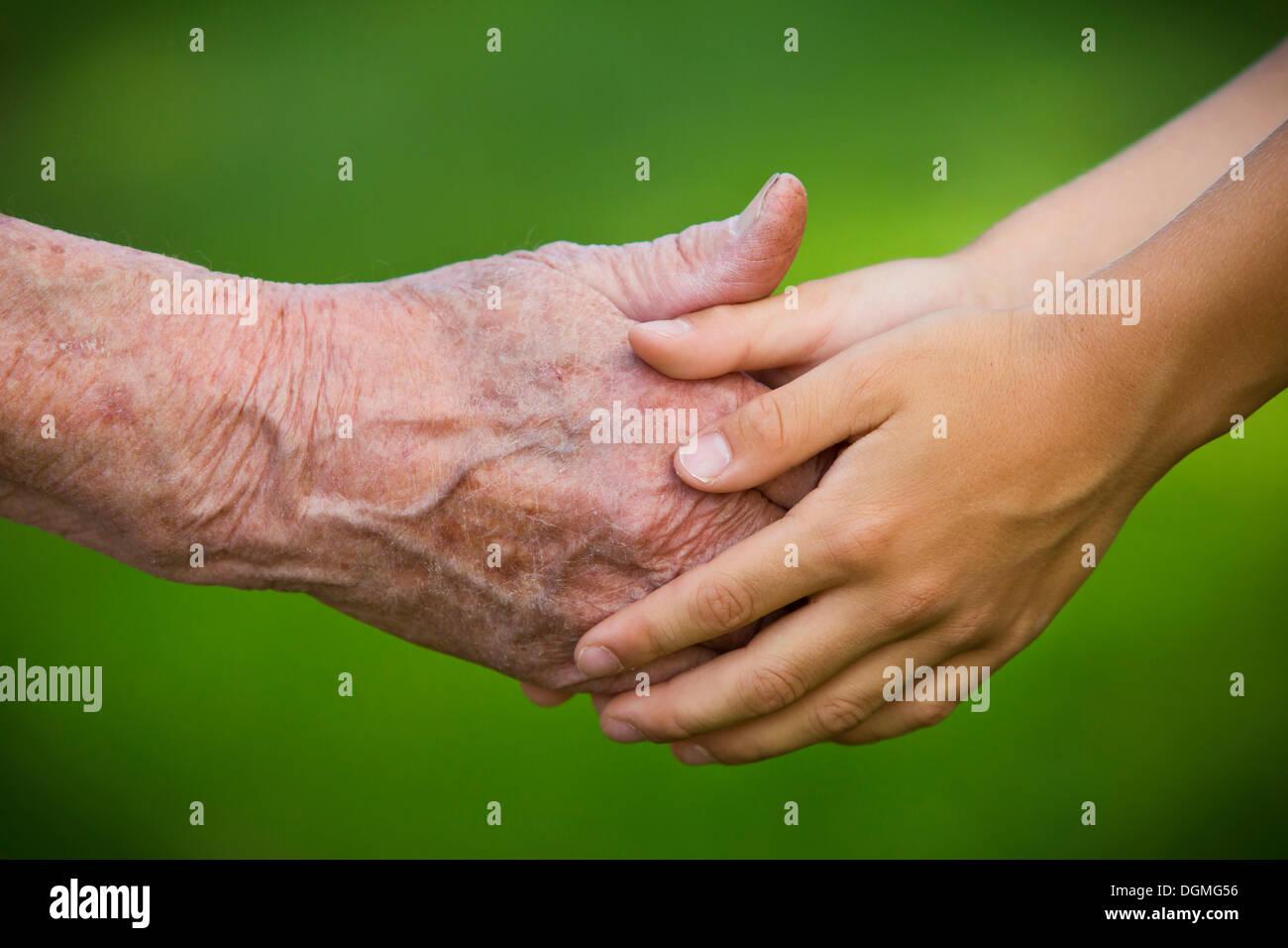 Ältere Frau und ein Kind Hand in Hand Stockfoto