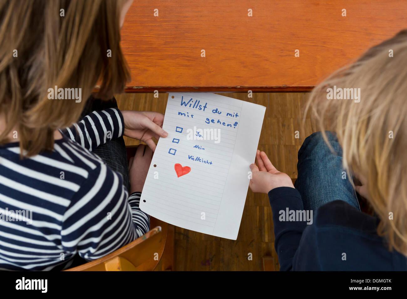 Schülerinnen und Schüler heimlich vorbei Noten unter der Schulbank, Deutschland Stockbild