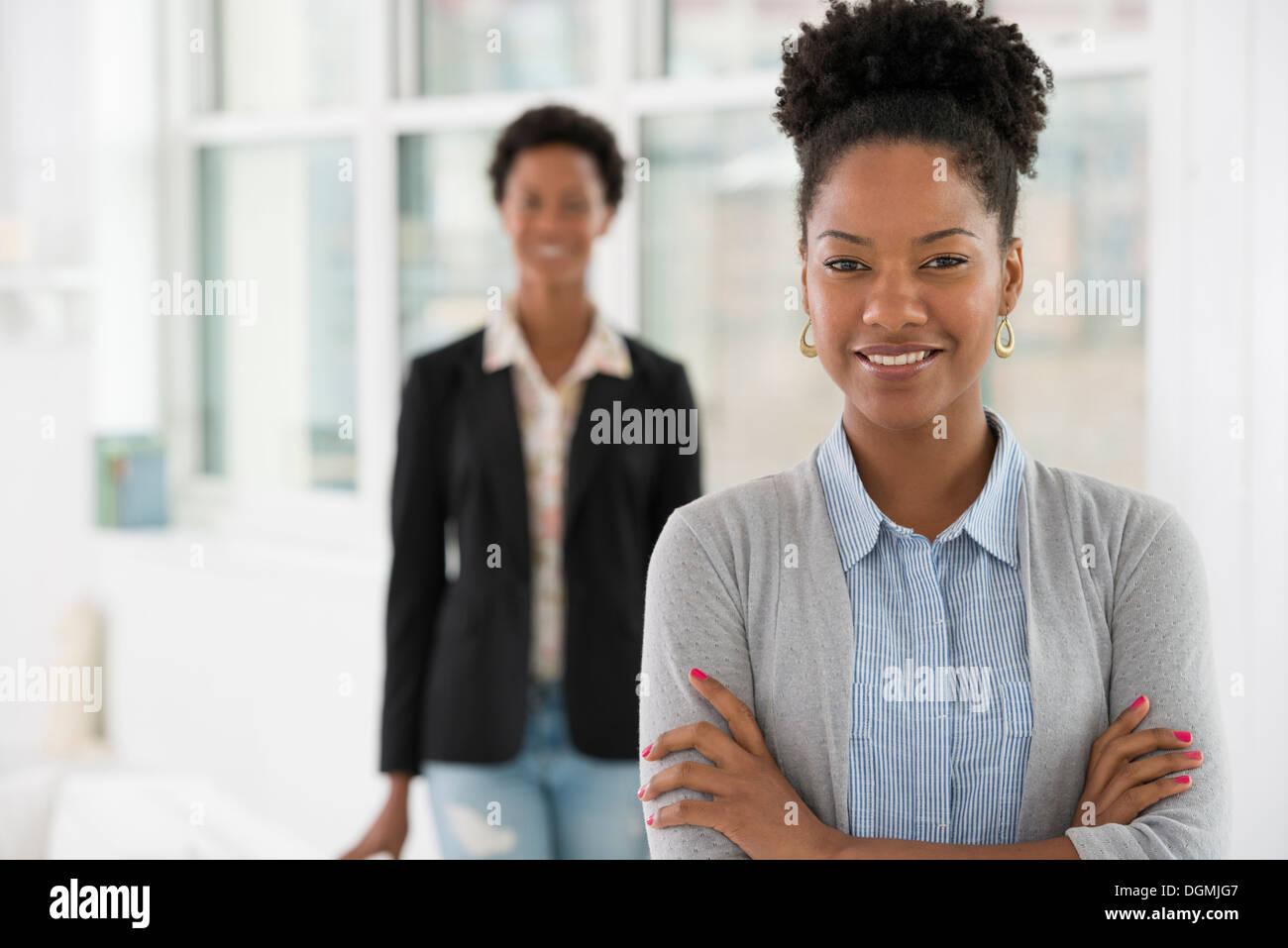 Geschäftsleute sprechen. Zwei Frauen. Stockfoto