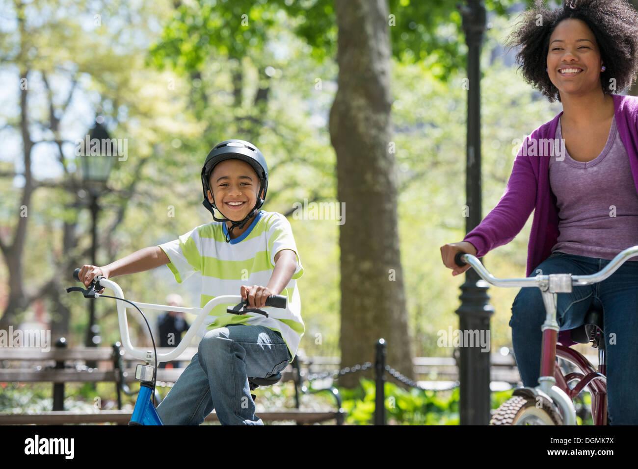 Eine Familie im Park an einem sonnigen Tag. Mutter und Sohn. Stockbild
