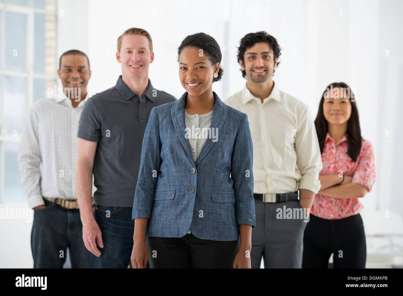 Geschäft. Ein Team von Menschen, eine Multi-ethnische Gruppe, Männer und Frauen in einer Gruppe. Stockfoto