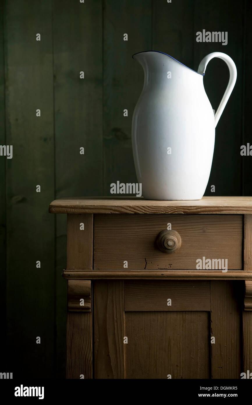 Alte Emaille Kanne Auf Einer Kleinen Kommode Stockfotografie Alamy
