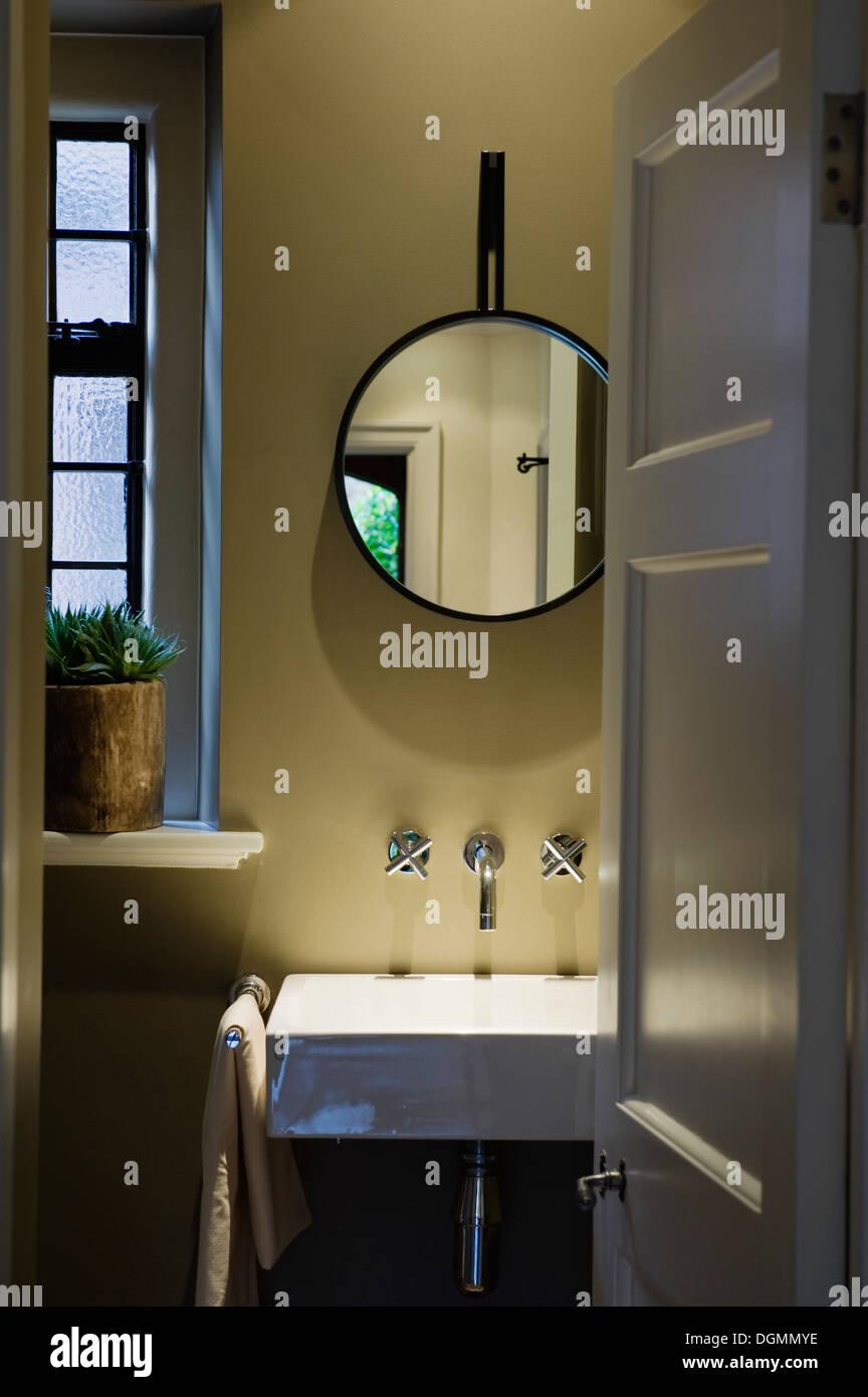 Badarmaturen mit 30er Jahre Stil Waschbecken und Chrom. Rui Ribeiro ...