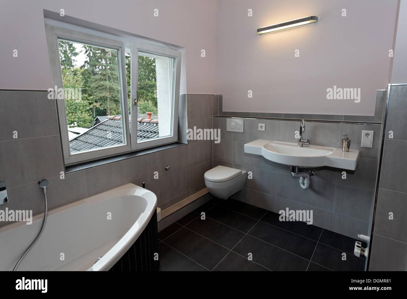 badezimmer altbau, moderne badezimmer nach bad renovierung im altbau stockfoto, bild, Badezimmer