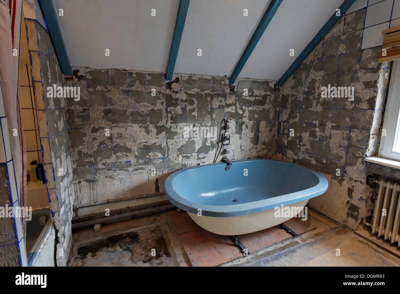 Altes badezimmer entfernt fliesen alte badewanne - Altes badezimmer ...