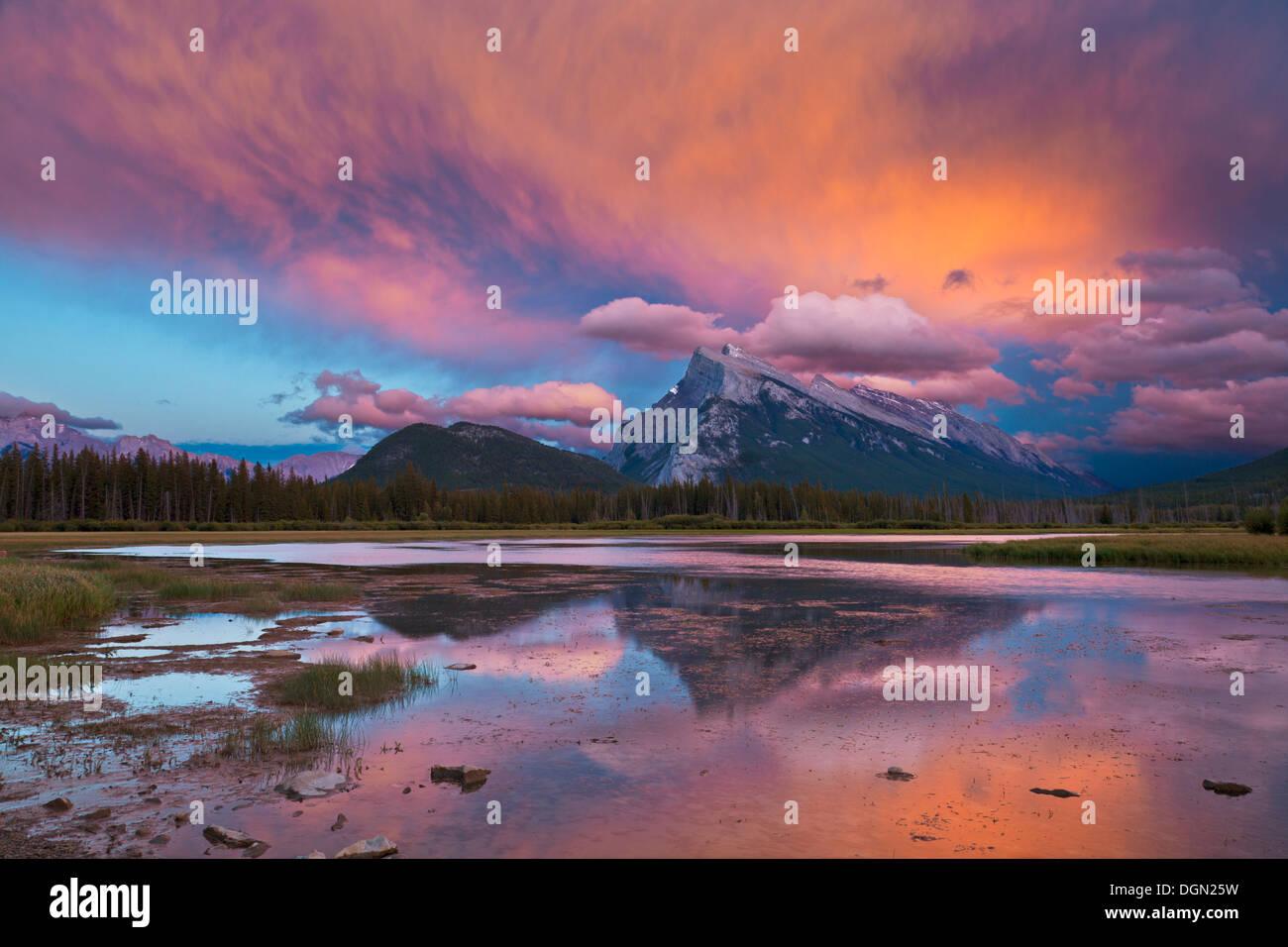 Mount Rundle erhebt sich über Banff Township von Vermillion-Seen-Fahrt bei Sonnenuntergang Alberta Banff National Park Kanada Nordamerika Stockbild