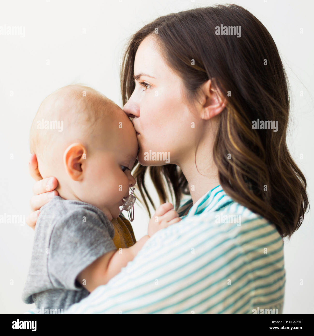studio portr t der mutter k ssen baby boy 6 11 monate stockfoto bild 61932067 alamy. Black Bedroom Furniture Sets. Home Design Ideas