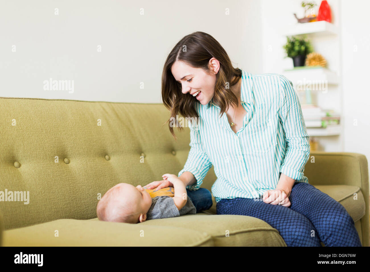mutter auf sofa spielen mit baby 6 11 monate stockfoto bild 61932273 alamy. Black Bedroom Furniture Sets. Home Design Ideas