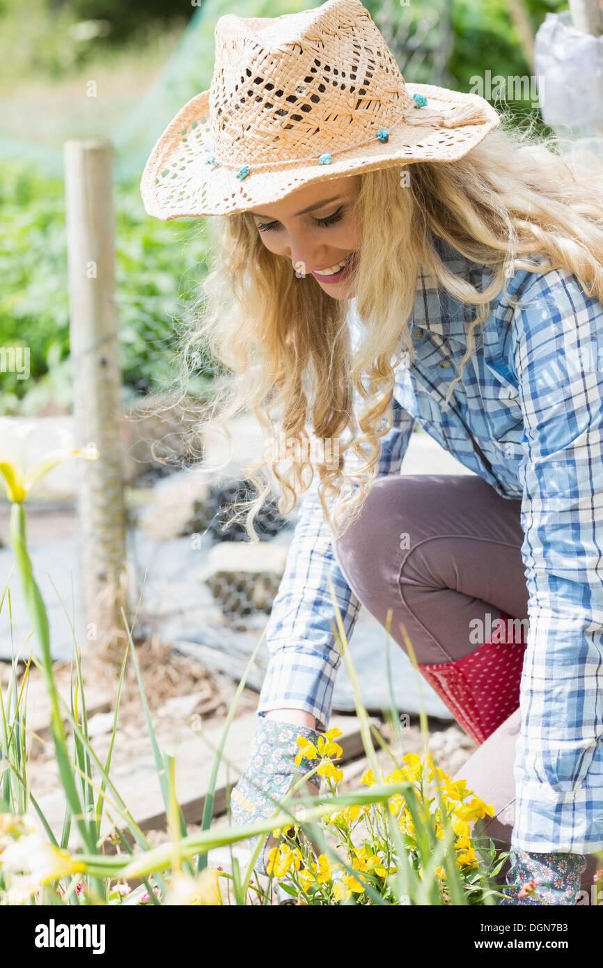 L chelnde blonde frau im garten arbeiten stockfoto bild for Garten arbeiten