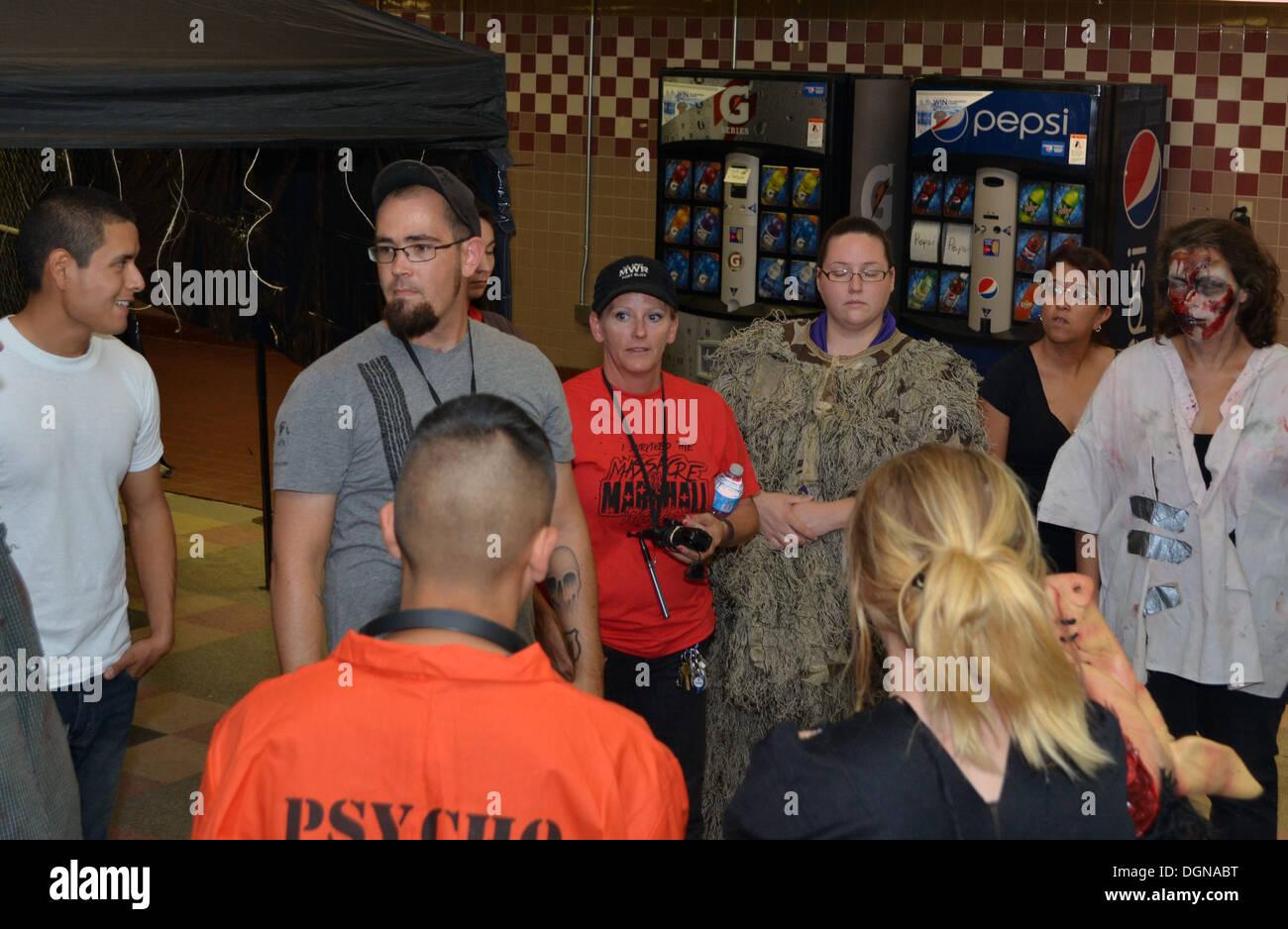 Chris Bohn, MWR Sonderveranstaltungen Teamkoordinator, Schriftsätze Freiwillige vor der Eröffnung des Massakers auf Marshall Rd. Mittwoch, am Fort Bliss, Texas. Bohn war der Drahtzieher des Massakers auf Marshall Rd. Haunted House. Stockbild