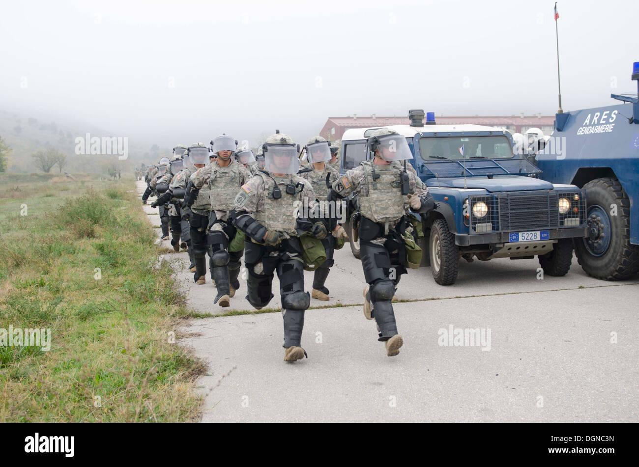 """KFOR-Soldaten und Mitglieder der Europäischen Rechtsstaatlichkeitsmission im Kosovo (EULEX) durchgeführt, verschiedene Schulungen Kontrollspuren an Camp Vrelo Okt. 15 als Teil der 3-Tages """"Silber Saber"""" Übung zur Verbesserung der Menge und Steuerfähigkeiten Aufruhr und deve Stockbild"""