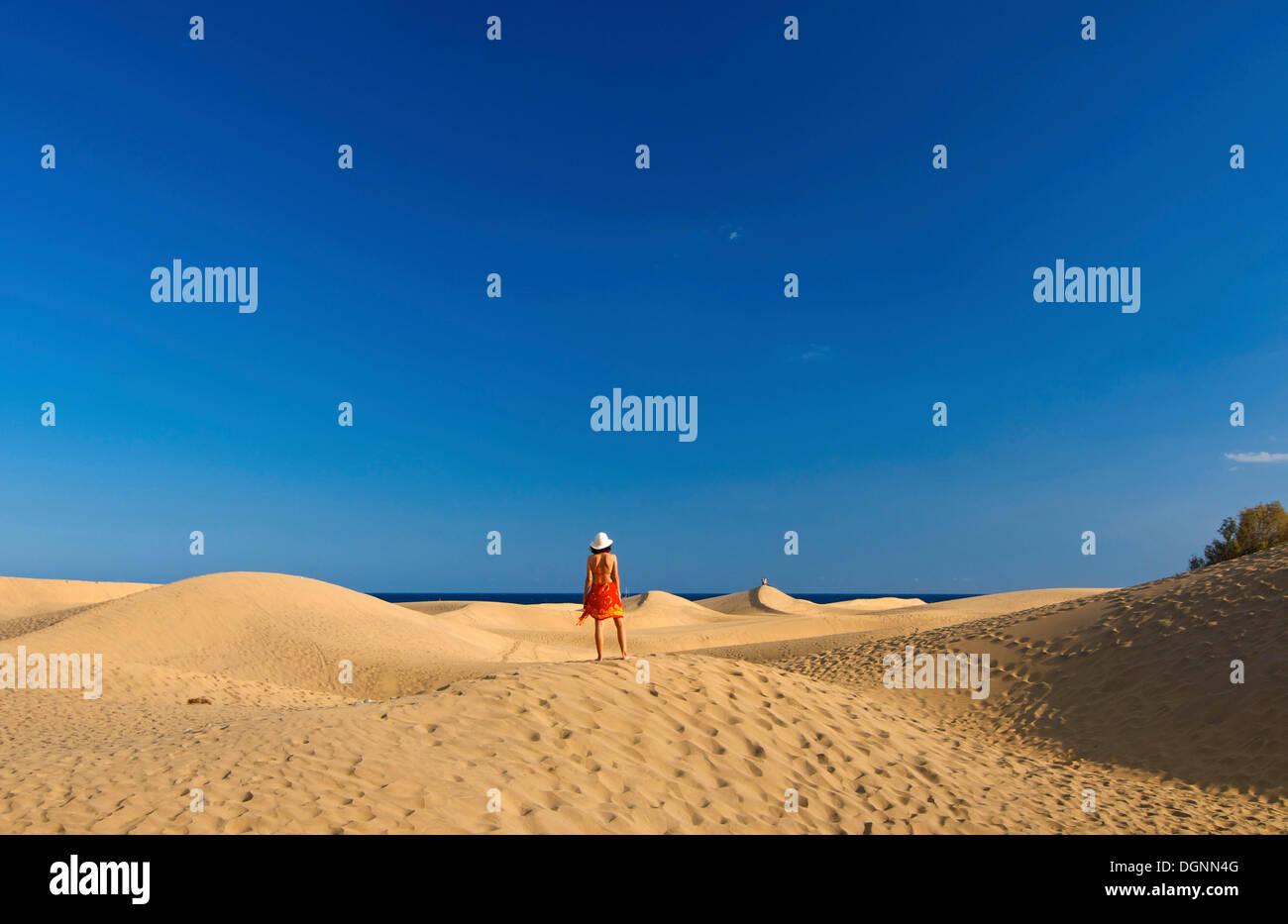 Frau vor Sanddünen von Maspalomas, Gran Canaria, Kanarische Inseln, Spanien Stockbild
