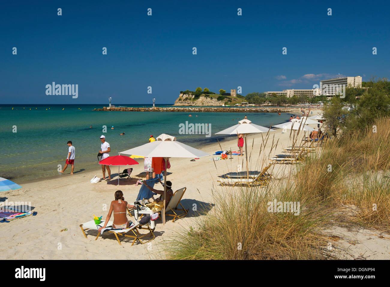 Touristen mit Sonnenschirmen am Strand Sani, Kassandra, Chalkidiki und Chalkidiki, Griechenland, Europa Stockbild
