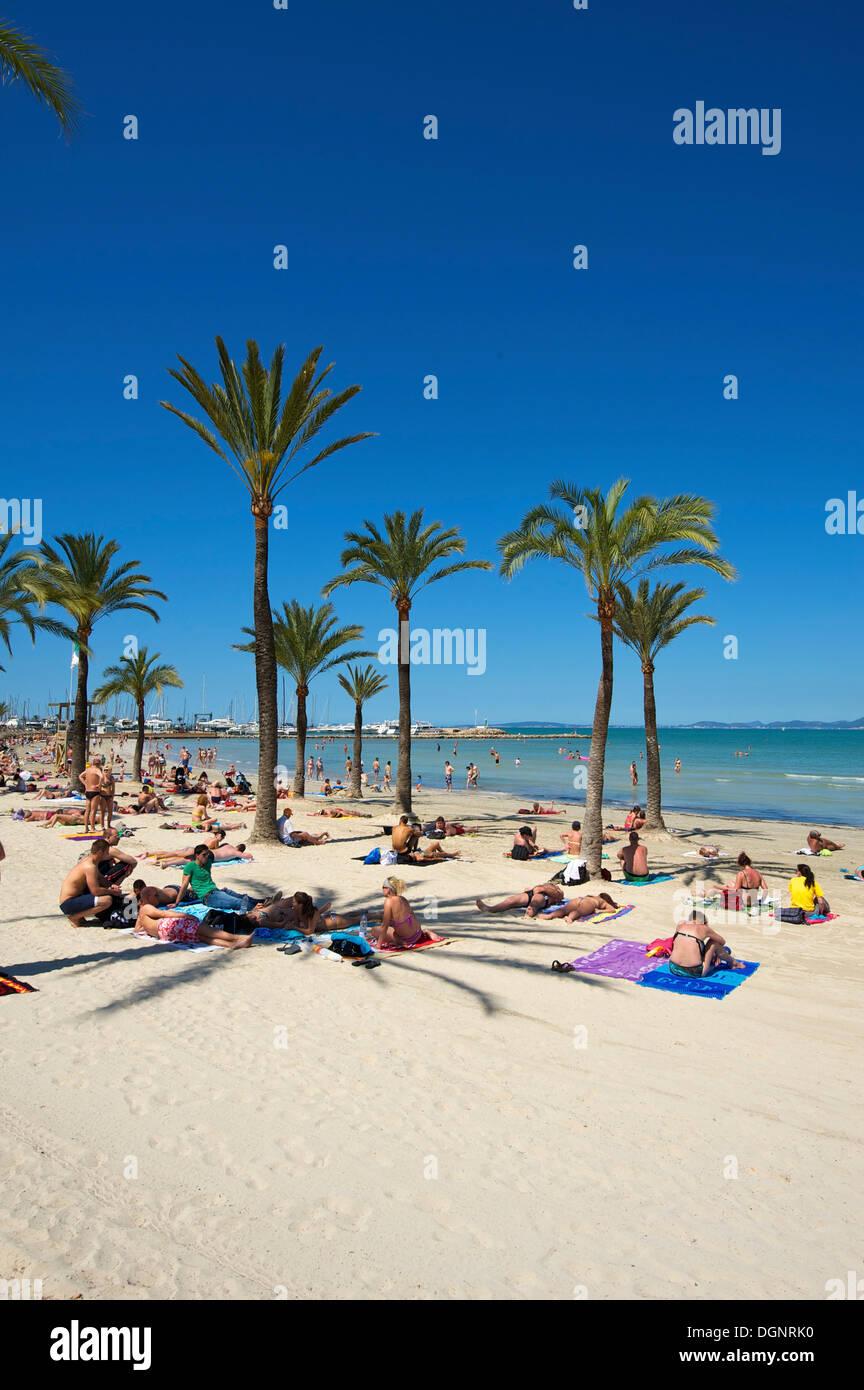 Touristen auf Playa de s' Arenal Strand, Arenal, Palma de Mallorca, Mallorca, Balearen, Spanien Stockfoto