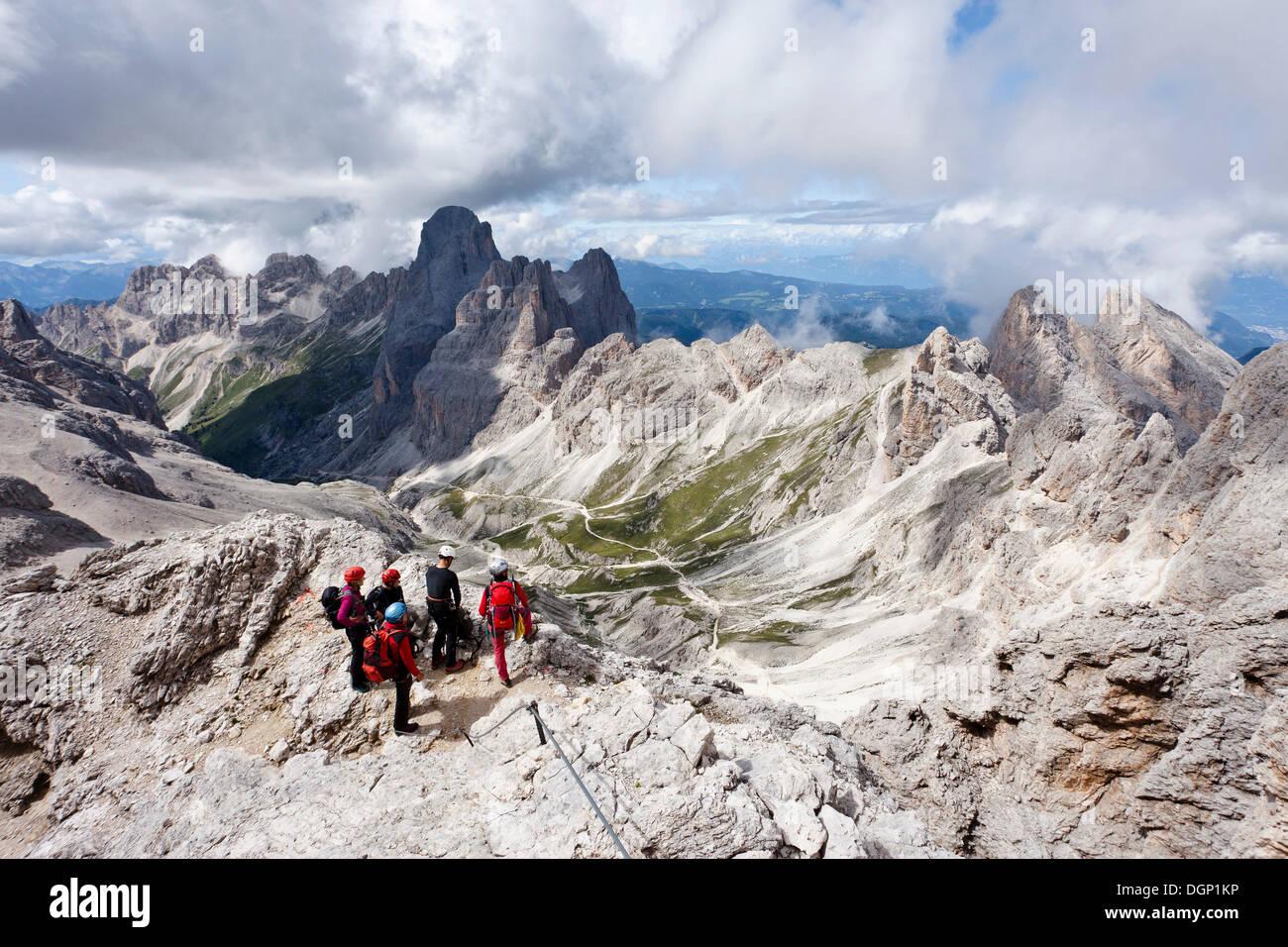 Klettersteig Rosengarten : Kletterer kesselkogel bergbesteigung über den klettersteig