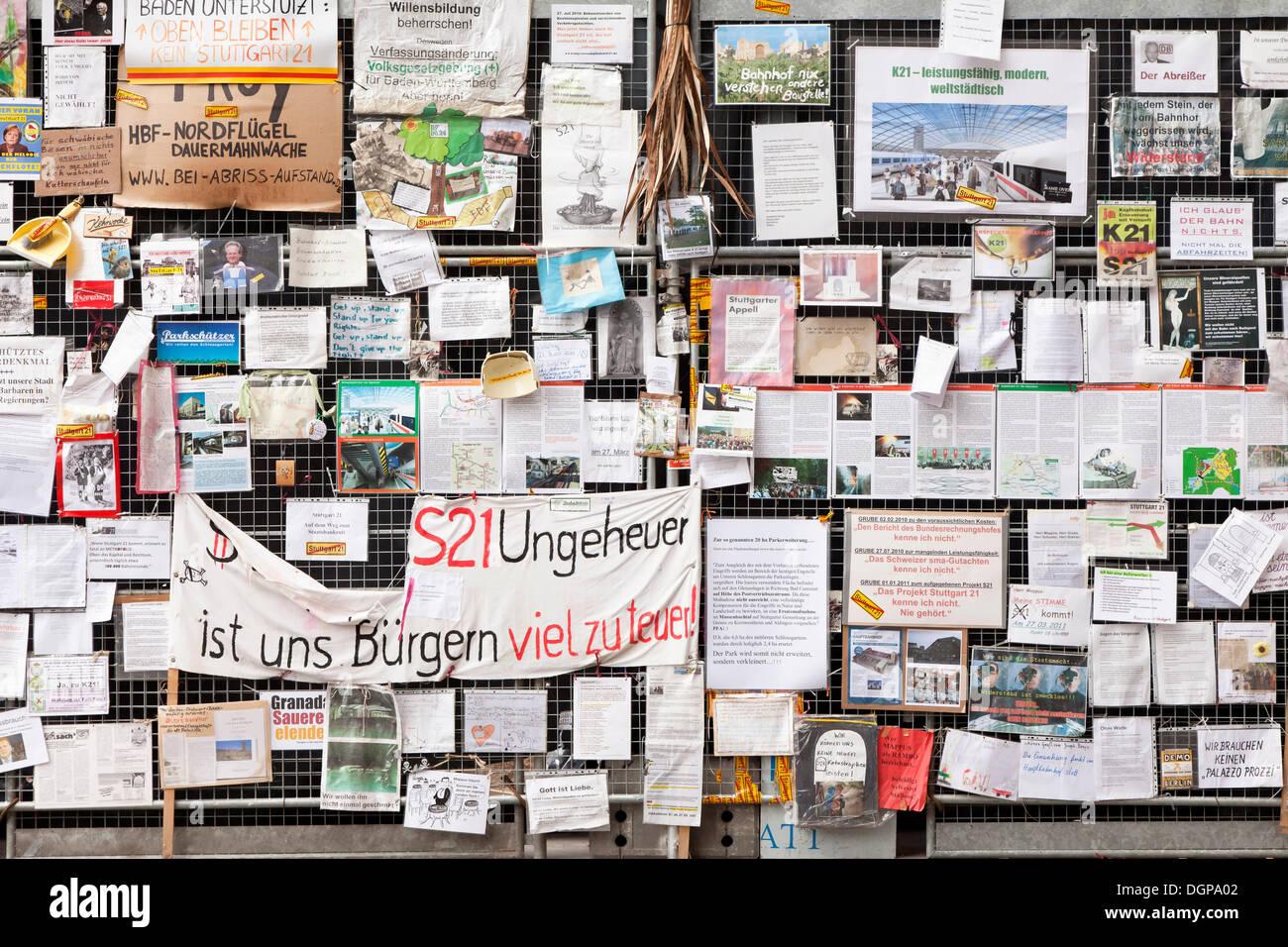 Protest gegen Bahnprojekt Stuttgart 21 auf einen Bauzaun, jetzt im Haus der Geschichte Baden-Württemberg, Poster Stockbild