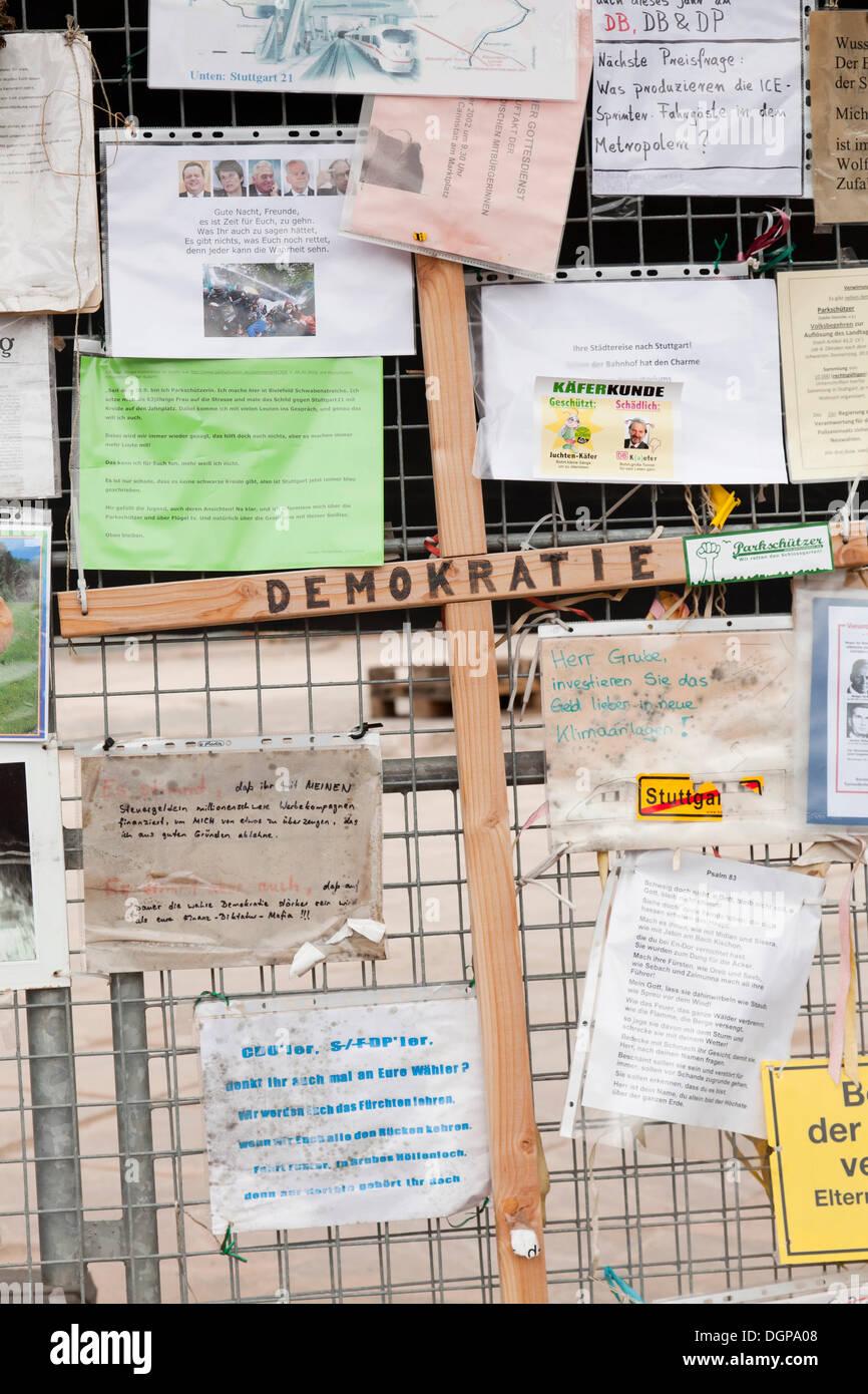 Protest-Plakate gegen das Bahnprojekt Stuttgart 21 auf einen Bauzaun, jetzt im Haus der Geschichte Baden-Württemberg Stockbild