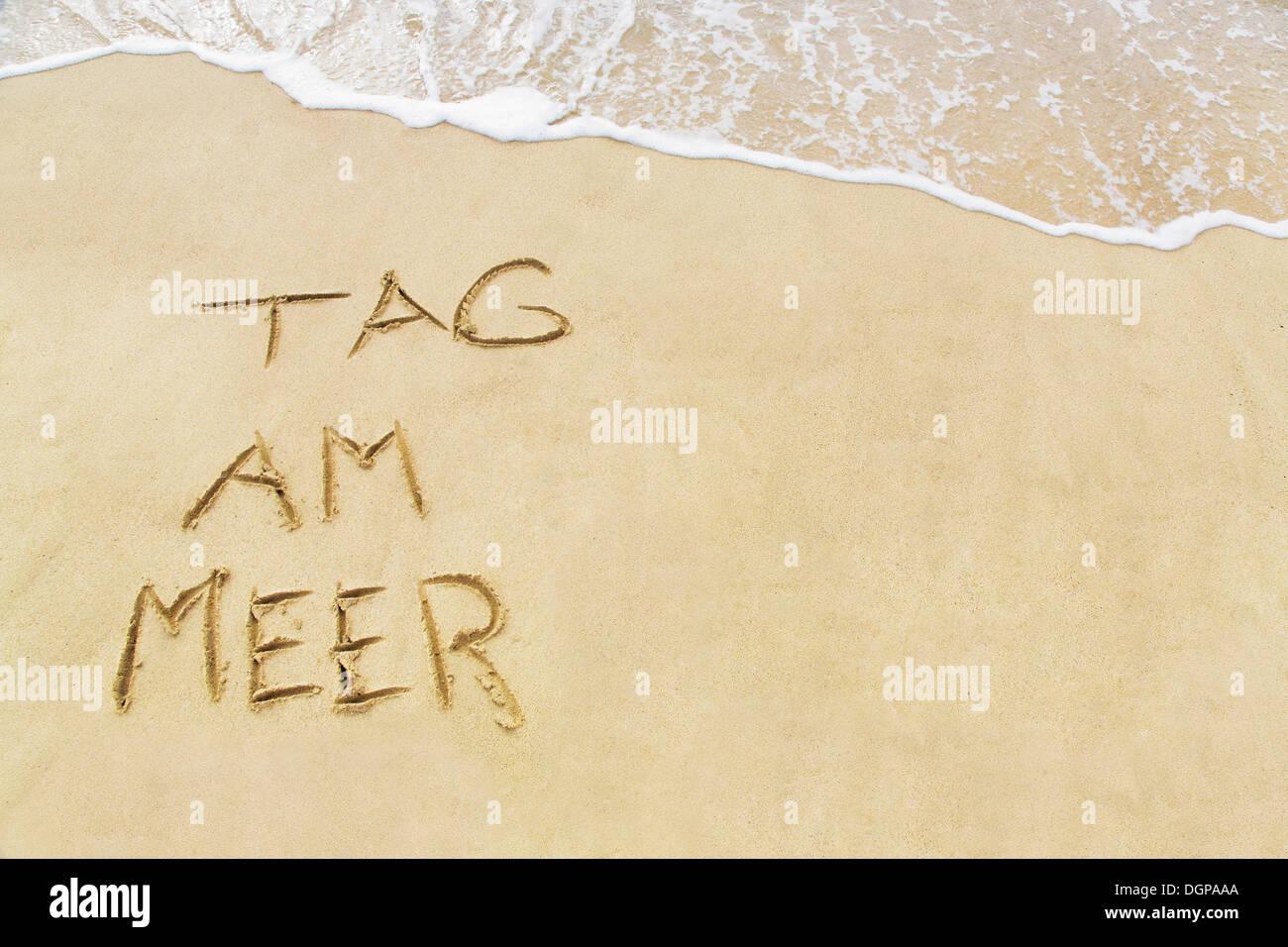 Tag am Meer, Deutsch für Tag am Meer, geschrieben in den Sand am Strand, Lanzarote, Kanarische Inseln, Spanien, Europa Stockbild