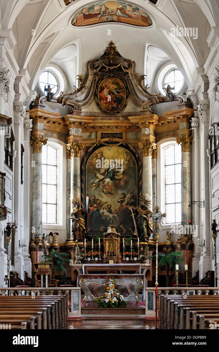 Hochaltar mit Skulpturen von St. Peter und Paul von Thomas Schwanthaler, katholische Pfarrkirche Mariä Himmelfahrt, Mattighofen Stockbild