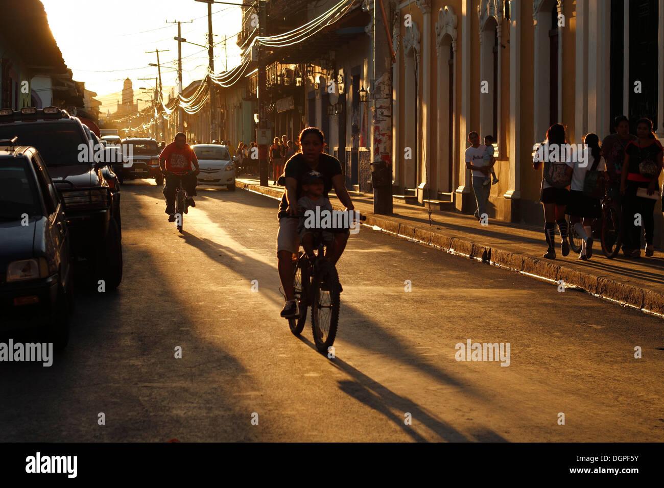Sonnenuntergang auf den Straßen von Granada, Nicaragua. Stockfoto