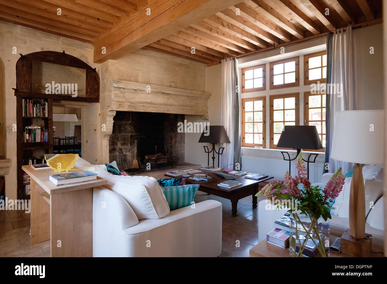 holz strahlte decke im wohnzimmer mit offenem kamin die wei e gerippte sofas sind aus heals. Black Bedroom Furniture Sets. Home Design Ideas
