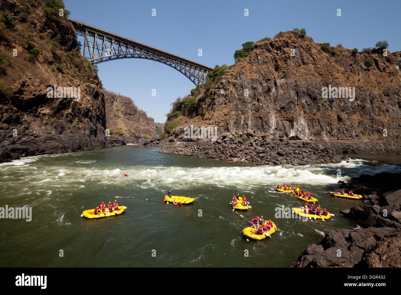 Wildwasser-rafting auf dem Sambesi Fluss Brücke von Victoria Falls, Sambia Seite; Abenteuer-Urlaub-Reisen Stockbild