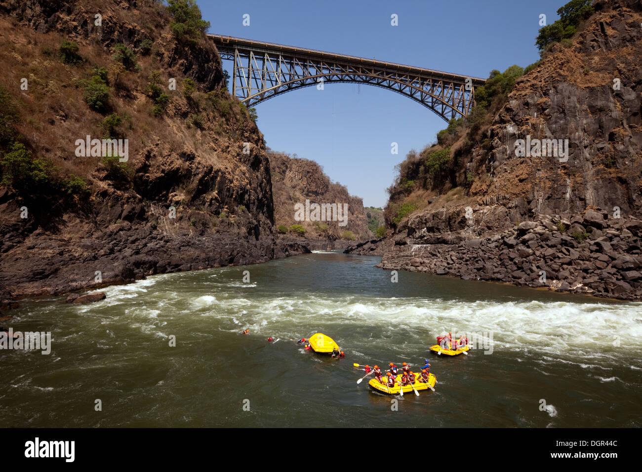 Abenteuerreisen, Menschen Wildwasser-rafting auf dem Sambesi-Fluss an den Victoria Falls Bridge, Sambia, Afrika Stockbild